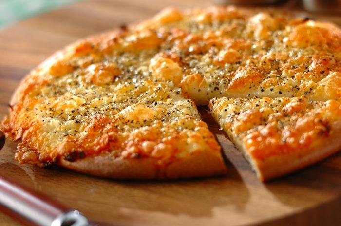 強力粉と米粉を半々でつくるヘルシーピザレシピです。トッピングは、ニンニクとモッツァレラチーズがベースでとってもシンプル。