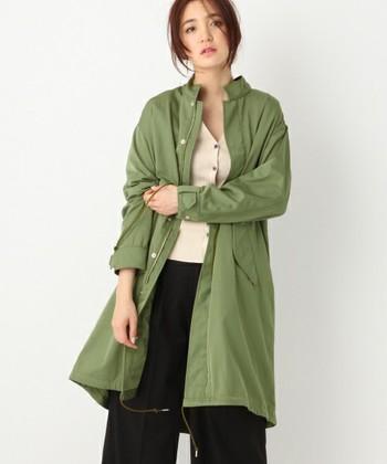 こちらはスタンドカラーが珍しいモッズコート。ウエストを絞ればフェミニンな雰囲気で着こなせますよ♪