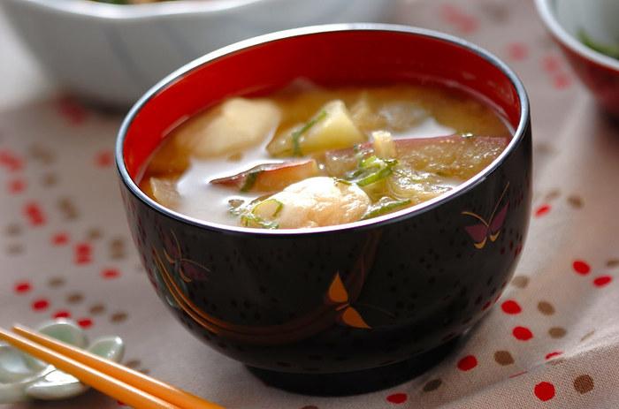 味噌汁はワンパターンになりがちですが、旬の野菜などを入れて楽しみましょう。こちらはサツマイモの味噌汁。サツマイモが味噌汁に溶けて甘くって美味しい。ほっこりとする味わいのお味噌汁です。
