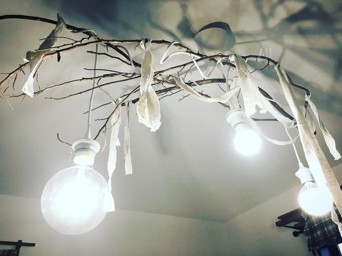 IKEAには電球類が豊富。こちらは3つの電球が付いた【トリプルコードセット】を使った照明のDIYです。ナチュラルにも、リゾートスタイルにも合いそうな雰囲気。布を着替えて楽しむのも良さそうです。