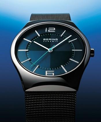 """深みのあるブルーのフェイスが美しい「Polar Night Cross」。""""Polar Night""""とは、北極圏で1日中太陽が登らない極夜のことを言います。 シャープなデザインと質の高い素材が融合した、ハイセンスな腕時計です。"""
