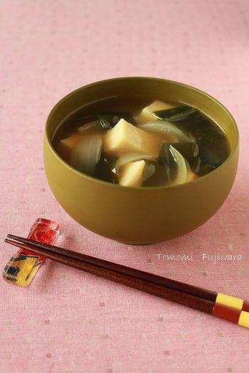 いつもの豆腐の味噌汁を「高野豆腐」に変えて作ってみませんか?高野豆腐は熱湯で戻すのがポイント!ふわっとした食感に仕上がります。