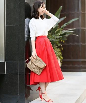 女性らしいボリュームフレアスカート。ビビッドな色のスカートは、コーディネートのアクセントになるのでオススメです。発色のいい綺麗なレッドは色白さんの肌色をより明るく見せてくれます♪