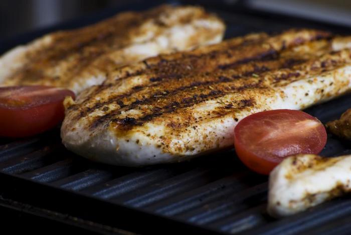 そのため、フライパンで焼くよりもグリル(網焼き)料理に適していて、例えばお肉や魚を焼いた場合は縮み具合もフライパンよりも少なく、表面がカサカサになりにくいんです♪