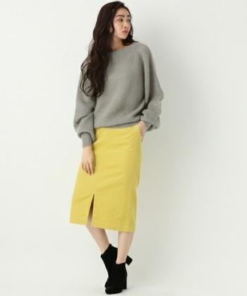 パステルカラーが綺麗なコーデュロイのタイトスカートは、カジュアルだけどフロントスリットで女性らしく大人っぽい雰囲気に。