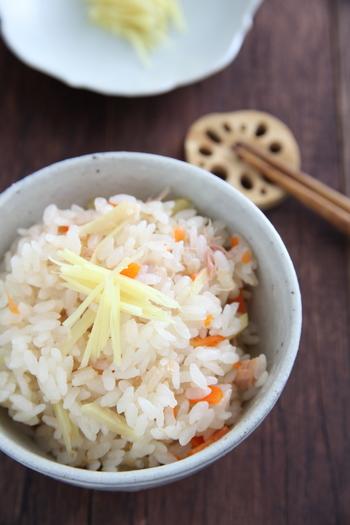 しょうががたっぷりと入った炊き込みご飯。味付けはツナ缶とめんつゆだけなのでとっても簡単。野菜はにんじんだけですが、きのこなどを入れても美味しくいただけますよ。