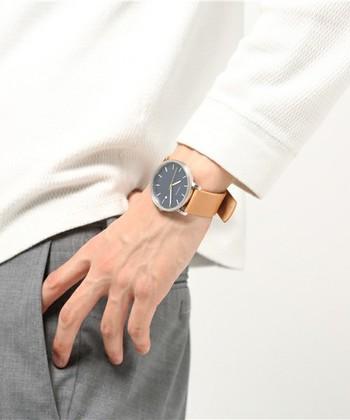 モダンなデンマークデザインの美学を追求しているブランド「Skagen Denmark(スカーゲン・デンマーク)」は、1989年にコペンハーゲン出身の夫妻によって設立されました。 現在はアメリカの会社(fossil)の傘下に入っていますが、変わらず腕時計やバッグ、アクセサリーなどを手がけています。