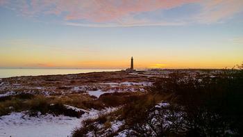 ブランド名の由来は、デンマーク最北端にある町名「Skagen(スカーイェン)」から。北海に突き出した半島の先端に位置するスカーイェンは、港町として漁業が盛んなだけでなく、アーティストが集まったり、カルチャーやグルメのスポットとしても知られています。のどかで小さな、この海辺の町からインスパイアされて「スカーゲン」は誕生しました。