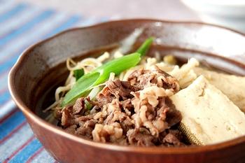 牛肉のうまみを吸った豆腐はもちろん、甘くとろけるねぎもおいしい肉豆腐。白いごはんによく合います。