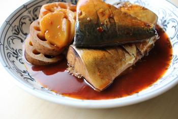 圧力鍋を使ってやわらかく煮たさばに、ケチャップ・豆板醤を使ってコチュジャン風の甘辛味。レンコンの代わりにごぼうを使ってもOK◎