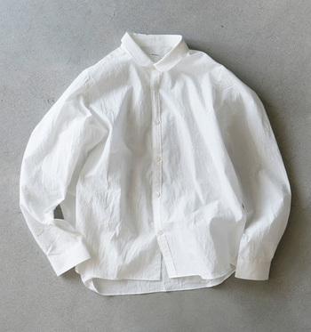 白シャツの良さって何でしょう。清楚な雰囲気、凛とした華やかさ、それに加えて着やすさでしょうか。そんな優秀な白シャツの着こなしを天然素材代表のコットン/リネンに分けて紹介したいと思います。
