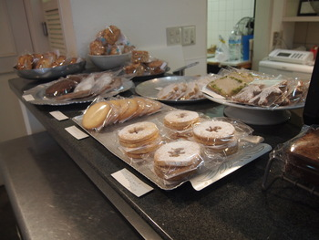 カウンターに並ぶ焼菓子たちは、厳選されたこだわりの材料で作られた、シンプルで素朴な、なんだか懐かしさを感じる焼菓子です。アメリカンな雰囲気のピーカンナッツパイやアップルパイ、ニンジンたっぷりのキャロットケイクなど、少しボリュームのある焼菓子も並んでいます。