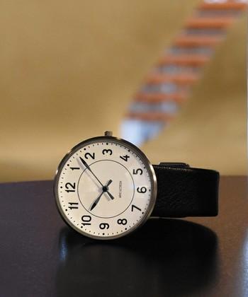 視認性が高いシンプルなアラビア数字を採用したウォールクロックが1943年に誕生。デザイン大国であるデンマークの駅に設置されたことから「STATION」と呼ばれるようになり、瞬く間にデンマーク国内に広がりました。  その「STATION」を再現した「Station Watch」は、分刻みに付けられたインデックス、ツートンカラーで施された針は視認性に優れ、まさに機能美といえる仕上がりになっています。