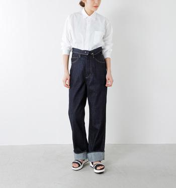ゆるやかでリラックス感がありつつもドレスシャツのような凛とした雰囲気も持ち合わせた白シャツ。ハイウエストライトデニムで視点を上に持ってくると、着こなし上級者の印象になりますね。
