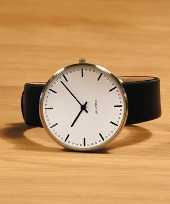 自然の中に溶け込む直線的な建物が美しいルードブレ市庁舎。ヤコブセンが設計した際に手掛けたウォールクロックCITY HALLを再現した時計が「CityHall Watch」です。
