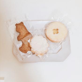 """""""優しい""""という表現がしっくりくるビジュアル。クマの全粒粉クッキー、さわやかなレモンのアイシングクッキー、懐かしさいっぱいのジャムサンドクッキー。たくさん並べて写真が撮りたくなります。"""