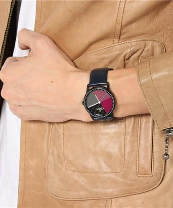 こちらは、シックなカラーリングでダークスーツのアクセントにもなる腕時計。文字盤に軽くて実用的なカーボン素材を用いたモデルです。