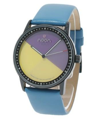 フェイス回りに刻まれた目盛りに届く、先端が赤い秒針がアクセントになったデザイン。ヌーンの腕時計は、オシャレな女性にも似合うデザインです。
