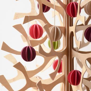 Lovi社は2006年にデザイナーANNE PASO(アンネ・パソ)により設立されました。lovi(ロヴィ)はフィンランド産の白樺の木(バーチ材)でできています。薄いバーチ材には切り取り線があり、その通りに切り取って組み立てるだけでなんとも可愛い北欧オブジェが完成します。