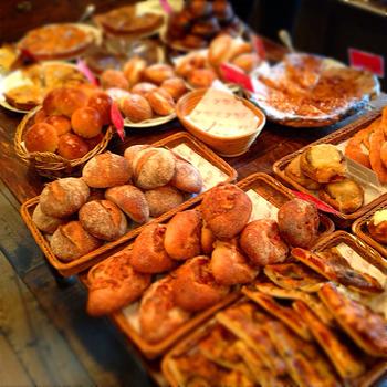 いい香りでいっぱいの店内には、フランスの伝統的なハード系のパンからお惣菜パンまで所狭しとたくさんのパンが並んでいます。もちろんどれを選んでも間違いないおいしさ。バゲットもお手頃で、毎朝のパンにぴったりです。