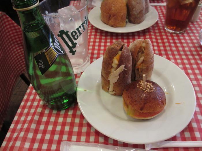 サンドイッチとミニバーガー。ラフに盛られた感じがまたフランスっぽいです。ドリンクも、ペリエやJOKERのフルーツジュースなど、フランスのカフェと同じようなチョイスがたくさんあります。