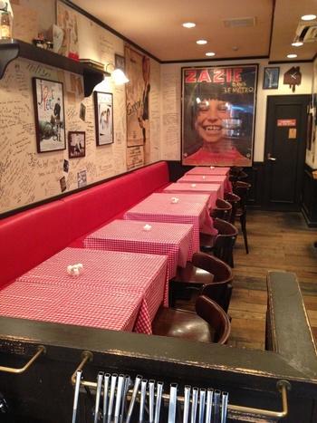 パリのブーランジェリーと違うところは、店内にあるイートインスペースでカフェも同時に楽しめるところ。赤いギンガムチェックのテーブルクロスや壁にかかったポスターなど、フランスのカフェそのものです。