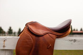 ソメスサドルの馬具は、JRAの騎手の7割から8割が使っているという程の信頼度。政府や宮内庁からも指名され、2008年に開催された北海道洞爺湖サミットでは各国首脳にソメスサドルのバッグが贈られました。