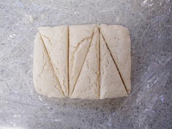 生地のまま冷凍することもできますよ。型抜きをしてラップで個包装にし、ジップして冷凍すればOK!1ヶ月は保存可能です。霜や匂い移りに注意しましょう。  焼くときは、解凍せず凍ったまま焼き上げて下さい。通常のレシピの焼き時間より少しだけ長めに設定して焼くのがいいでしょう。