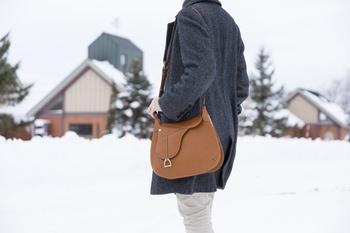 DRESSAGE(ドレッサージュ)のショルダーバッグ。馬具の「鞍(くら)」をモチーフに作られており、滑らかな曲線が上品なバッグです。
