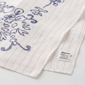 コラボハンカチを手がけるのは、肩ひじ張らないハンカチを提供するブランド「motta(モッタ)」です。「ハンカチ、持った?」の玄関先での決まり文句は懐かしくも温かい言葉。それが数十年後も当たり前に聞こえてくる日本であるようにと、綿や麻などを使った優しい風合いのハンカチを提供されています。