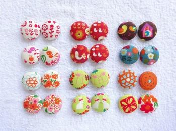 くるみ釦(ボタン)は布でくるんだボタンです。包みボタンとも言います。または、カバード・ボタン。