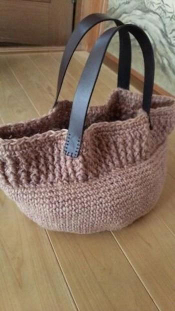 ぶどうを煮出した液で麻ひもを染め、手編みした麻バッグ。優しい紫色が、草木染めならでは。同じ染料でも、素材や媒染によって色を変えることができるのが楽しいですね。
