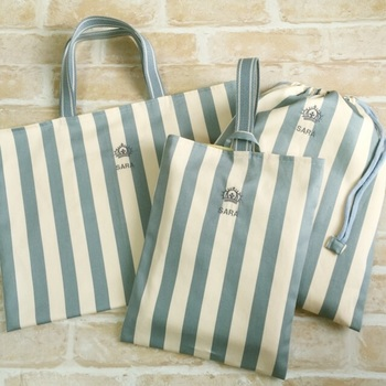 レッスンバッグ、上履き入れ、体操着入れ(着替え入れ)。レッスンバッグは各園の規定サイズで作りましょう。レッスンバッグ、着替え袋は2つ作れば十分です。上履き入れはひとつでOKです。