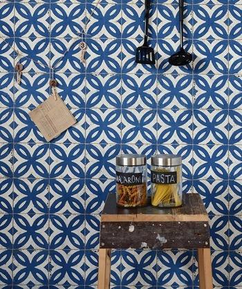 どんな壁紙にしてみましょう?色や柄のある壁にするだけで一気に空間の印象が変わります。あこがれの輸入壁紙を貼ってみると、気分も晴れやかになりそうです。