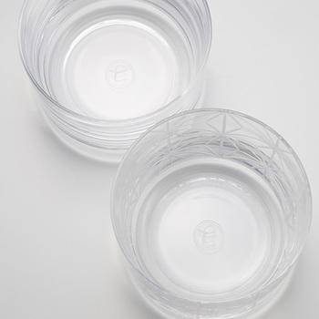切子と言えば色ガラスのイメージがありますが、切子の誕生当初からの素材である透きガラスを使用し、カットの美しさの際立つグラスに。伝統的な「麻の葉文」と「無地」のペアで、底面には中川政七商店の「七」のロゴがあしらわれています。特別なグラスで至福の一杯を楽しんで頂きたいですね。