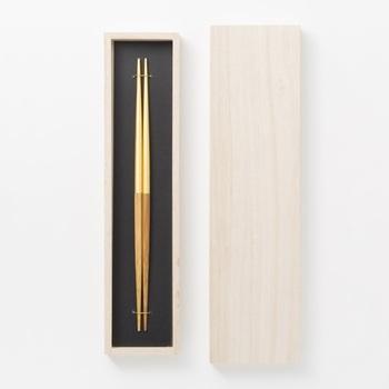 金沢の伝統技法とのコラボ商品は、豪華で美しい祝い箸です。製造に適した湿度と温度、そして水質に恵まれた北陸の気候風土があって初めて作ることが出来る「金沢箔」と「拭き漆」の技法を活かし、上品で美しい箸に仕上げました。