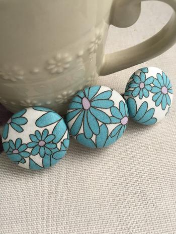 レトロな雰囲気の布で作ったくるみボタンのバレッタ。同じ布でもいろいろなボタンができます。かわいくて存在感のあるバレッタです。