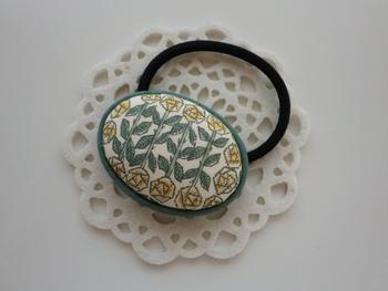 楕円形の大きなくるみボタン。くるみボタンの土台はいろいろな大きさや形のものが市販されていています。