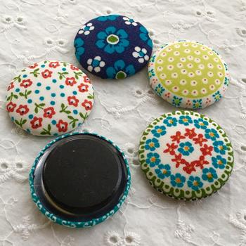 北欧柄が可愛いマグネット磁石です。くるみボタンの裏の金具をはずして、マグネットを乗せて貼り付けるだけで、ころんと可愛いマグネットが作れますよ♪