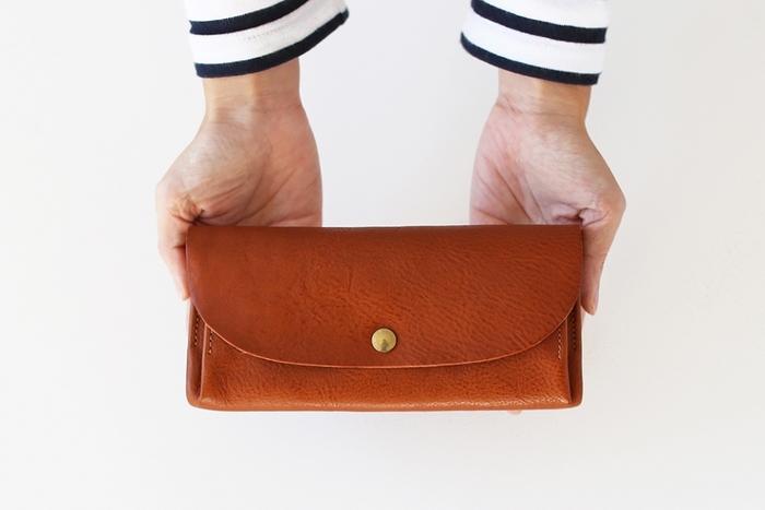 植物性タンニンでなめしたイタリアンレザーを使用した財布。シンプルなデザインや丸みを帯びたフォルム、革の美しさを存分に感じることができます。しわのあるレザーのため、小さな傷を気にせずに思いっきり使うことができるというのも嬉しい。
