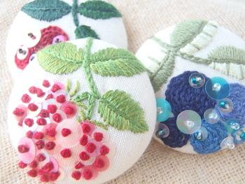 刺繍とスパンコールを施したくるみボタン。きらめきや立体感も加わってぐっと華やかな印象になりますね。