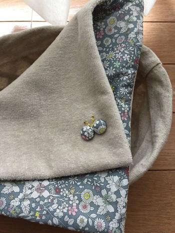 くるみボタンを作る、ボタンの中身は手芸店や100円ショップなどでもたくさん扱っています。くるみボタンは、上記に紹介したほかにもポーチやバッグに縫いつけて飾りにしたり、ラッピングのリボンに通して使ったり、使い道は実にいろいろ。お気に入りの布の端切れや、着なくなった服地などを使って、さまざまなアイデアをお試しください。