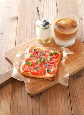 見た目もきれいなピザトースト。パンはあらかじめ綿棒でつぶしてから焼き上げることで、食感がピザに近くなります。チーズの上に、スライスしたミニトマトをのせると、チーズが焦げにくく、チーズがトマトとパンをくっつける接着剤のような働きで、食べやすくなるのもコツです。