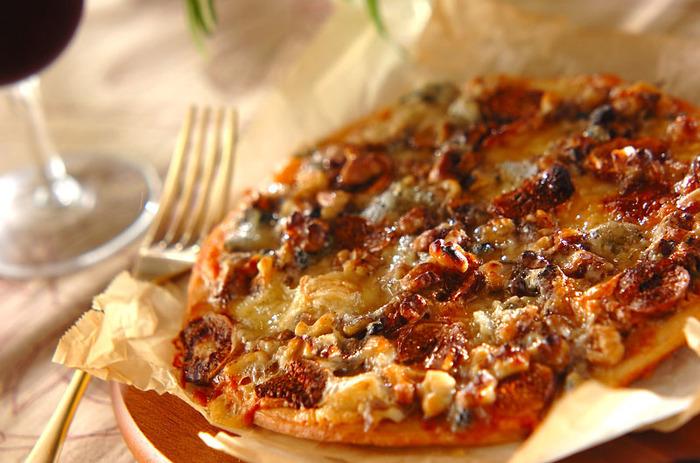 青かびチーズのゴルゴンゾーラとはちみつ、美容にも良いドライイチジクとクルミをのせた、大人のピザ。ワインにも良く合います。