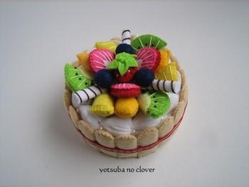 お菓子の箱やティッシュの箱などにフェルトで果物やクリームなどを作って、ケーキのようなかわいらしい小物入れに。お子さんへのプレゼントにすると喜ばれそう。