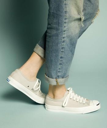 もちろん、スニーカーソックスや素足で足首をすっきり見せて履いてもかっこいい。 でも、どうせならレッグウェアとの組み合わせも堪能してみてはいかがですか?
