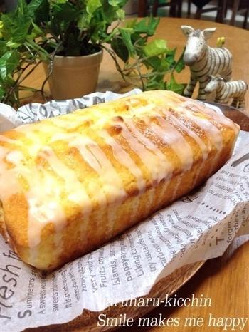 パウンド生地にヨーグルトとオリーブオイルを使って焼き上げたヘルシーなパウンドケーキです。ヨーグルトの爽やかな酸味とレモン風味のアイシングが、かなりマッチしていて、とってもおいしいですよ。