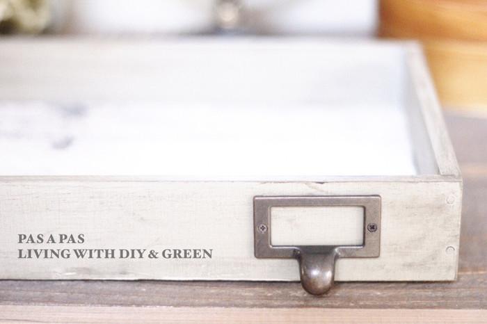 素麺が入っていた木箱を塗装して、朝出かける時に必要なハンカチや時計などを置いておくトレイに。準備が手早くできて、忘れ物も少なくなりそうですね。