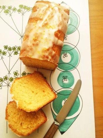 オーソドックスな基本のレシピにアレンジをプラスしたパウンドケーキになります。こちらは仕上げにアイシングの上からレモンの皮をトッピングするのがポイントになっています。レモン・オン・レモンの爽やかな大人のレシピです!