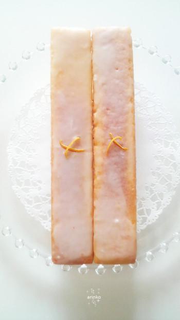 1本のパウンドケーキをふたつにカットすることで、おしゃれで食べやすくなりますよね。またグラスロワイヤル(卵白に粉砂糖やレモン汁を加えたもの)でアイシングすることで一味違ったパウンドケーキの完成です。